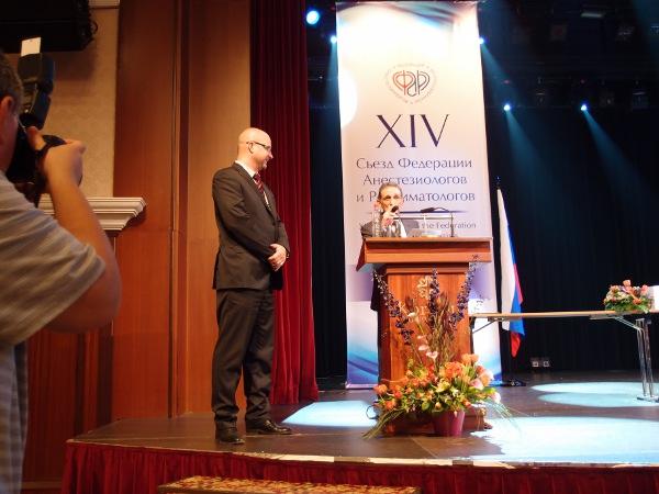 Президент ФАР профессор Мизиков В.М. награждает Мартынова Д.В. за 3-е место в постерной секции.